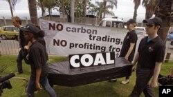 一些南非人在聯合國氣候問題會議會場外抗議使用煤