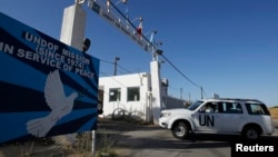 A United Nations vehicle drives into a base near the Quneitra border crossing between Israel and Syria, in the Golan Heights, June 7, 2013.
