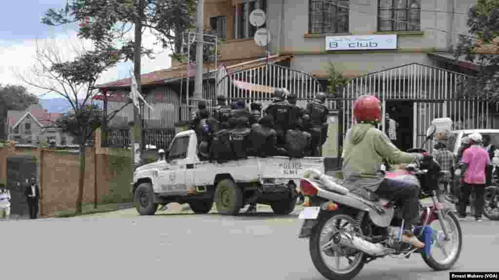 La police patrouille après avoir dispersé la manifestation à Buvaku, le 25 février 2018. (VOA/Ernest Muhero)
