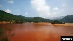 Sebuah danau yang terkontaminasi dan terlihat berwarna merah kecoklatan di provinsi Guangdong (Foto: dok).