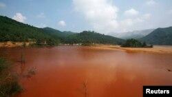 Một hồ nước bị ô nhiễm ở tỉnh Quảng Đông, Trung Quốc. REUTERS/Bobby Yip