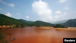 中国广东省北部大宝山附近呈棕红色的受污染湖泊。(2009年资料照)