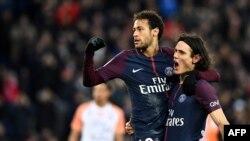 L'attaquant brésilien du Paris Saint-Germain Neymar, à gauche, et son co-équipier uruguayen du Paris Saint-Germain Edinson Cavani après un but marqué sur penalty lors du match, le 27 janvier 2018.