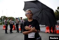 "Maria Catarina Sumarsih, ibu dari Wawan, korban tewas tragedi Semanggi pada 1998, dalam protes mingguan ""Kamisan"" menentang pelanggaran HAM, yang digelar di depan Istana Kepresidenan di Jakarta, 17 Mei 2018. (Foto: Reuters)"