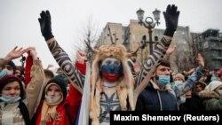 Para pendukung pemimpin oposisi Rusia, Alexei Navalny yang ditahan, berdemonstrasi di Moskow, Rusia, 23 Januari 2021. (Foto: Maxim Shemetov/Reuters)