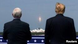 Presidenti Donald Trump dhe nënpresidenti Mike Pence shohin lëshimin e anijes së kompanisë SpaceX