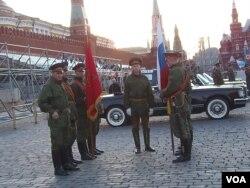 2012年5月9日莫斯科红场阅兵前夕彩排时,在红场列宁墓旁等待之中的俄军第154警备团士兵。