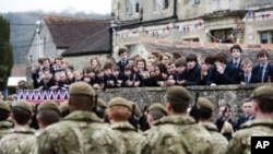 最后一组派驻阿富汗的英国军人举行驻军前阅兵游行