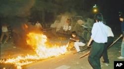 1989年6月4日凌晨天安门广场解放军装甲车突入镇压后场景