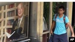 Hình thị trưởng đương nhiệm Sukhuumbhand Paribatra tại một trạm xe buýt ở Bangkok.