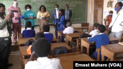 Une délégation avec à sa tête madame la ministre de l'EPST au Sud-Kivu rend visite aux élèves, le 10 août 2020. (VOA/Ernest Muhero)