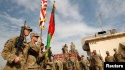 Pasukan AS yang tergabung dalam NATO menghadiri upacara pengalihan tanggung jawab keamanan kepada pasukan Afghanistan di provinsi Nangarhar (foto: dok).