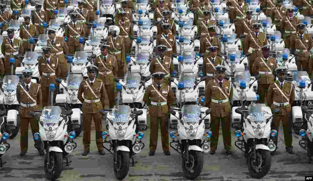 Polisi Sri Lanka berdiri dengan sepeda motor baru mereka di ibukota Kolombo.
