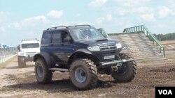 俄羅斯研製了用在北極和其他複雜地形條件下的專用車輛,這些車輛在去年夏季莫斯科的一次武器展中表演。(美國之音 白樺拍攝)