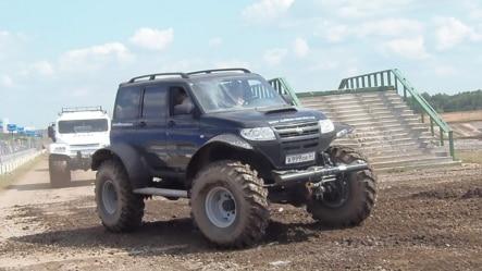 俄罗斯研制了用在北极和其他复杂地形条件下的专用车辆,这些车辆在去年夏季莫斯科的一次武器展中做表演。(美国之音白桦拍摄)