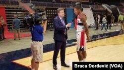 Košarkaš Vizardsa Bredli Bil tokom dana za medije u Vašingtonu