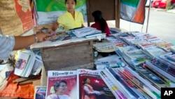 11일 미얀마 양곤의 신문 매대에서 야당 지도자 아웅산 수치 여사의 사진이 표지에 실린 주간지들을 팔고 있다.