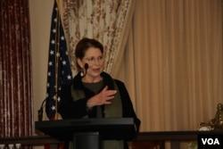 អ្នកស្រី Susan Pompeo ភរិយារបស់រដ្ឋមន្ត្រីការបរទេសអាមេរិកបច្ចុប្បន្នលោក Mike Pompeo ថ្លែងសុន្ទរកថាក្នុងពិធីផ្ដល់រង្វាន់SOSA (The Secretary of State Award for Outstanding Volunteerism Abroad)នៅក្រសួងការបរទេសអាមេរិកក្នុងរដ្ឋធានីវ៉ាស៊ីនតោនកាលពីថ្ងៃទី២០ខែវិច្ឆិកាឆ្នាំ២០១៩។ (សាយ មុន្នី/VOA)