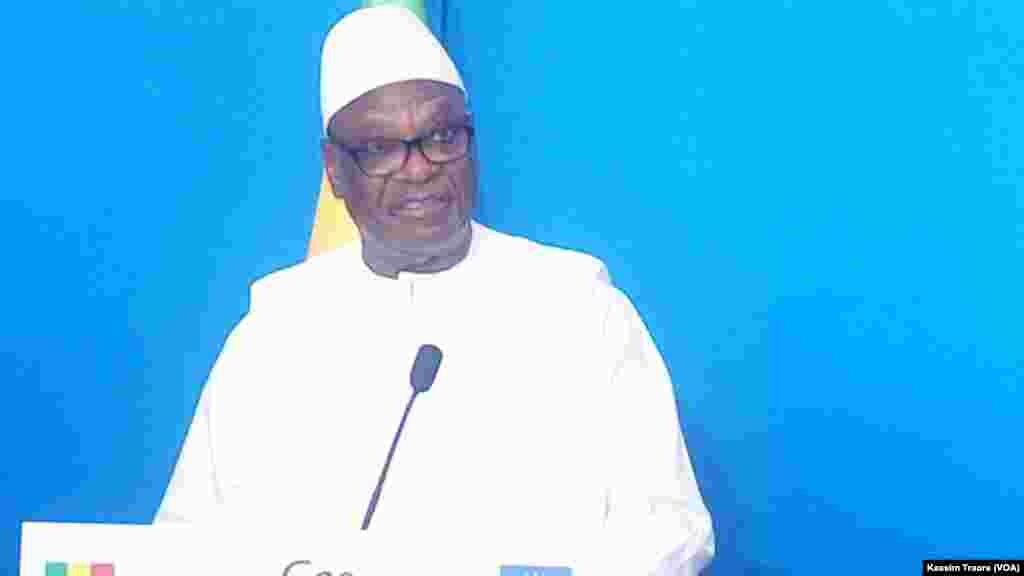 Le président malien Ibrahim Boubacar Keita lors d'une conférence de presse conjointe avec son homologue français Emmanuel Macron à Gao, Mali, 19 mai 2017. (VOA/Kassim Traore)
