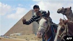 Vodič u potrazi za turistima ispred Sfinge i piramida u Gizi