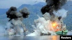 Pemerintah Indonesia mengancurkan kapal pencuri ikan di perairan Ambon, Maluku Desember lalu (foto: dok). RI-Thailand sepakat bekerjasama mengatasi pencurian ikan.