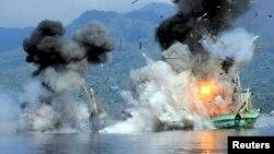 TNI AL menghancurkan dua kapal pencuri ikan di perairan Ambon, Maluku bulan lalu (foto: dok).