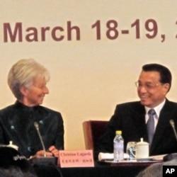 国际货币基金组织总裁拉加德(左)和中国副总理李克强(右)在发展论坛上