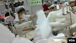东莞广达塑胶制品厂的工人正在美国美泰玩具赶工