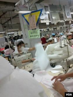 东莞广达塑胶制品厂的工人正在为美国美泰玩具赶工