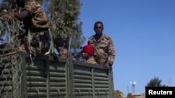 Tentara Ethiopia menaiki truk di Adigrat, wilayah Tigray (foto: dok).