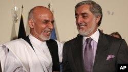 Kedua Capres Afghanistan, Ashraf Ghani (kiri) dan Abdullah Abdullah dalam konferensi pers bersama di Kabul Juli lalu (foto: dok).