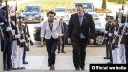 Crnogorska ministarka odbrane Milica Pejanović Đurišić i zamjenik sekretara za odbranu Bob Vork uoči susreta u Pentagonu June 8, 2016. DoD photo by Air Force Staff Sgt. Brigitte N. Brantley