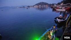Seorang nelayan mengeluarkan hasil tangkapannya di Sabang, provinsi Aceh (file photo). Kedatang wisatawan asing ke Sabang terus meningkat.