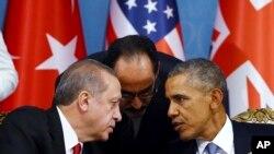 Turkish President Recep Tayyip Erdogan, left, and U.S. President Barack Obama chat during a session of the G-20 Summit in Antalya, Turkey, Nov. 15, 2015..