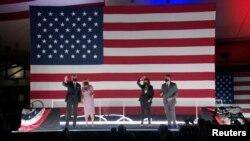 Kandidati demokrat për president Joe Biden, me bashkëshorten Jill Biden, dhe kandidatja për nënpresidente Kamala Harris, me bashkëshortin Douglas Emhoff, festojnë pasi zoti Biden pranoi emërimin
