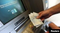 Dù ngân hàng mở cửa, qui định chỉ được rút ra khoản 65 đô la một ngày vẫn còn có hiệu lực và sẽ kiểm soát chặt chẽ việc chuyển tiền ra nước ngoài.