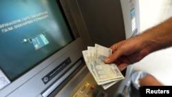 د سې شنبې په ورځ د یونان بانکونه تړلي وو او د بانک د ماشین نه یوازې د ۶۰ یورو د ایستول اجازه وه.