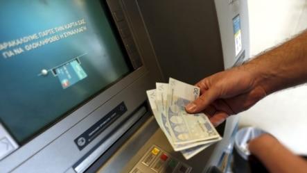 2015年6月30日希腊雅典: 一人从提款机取出60欧元。这是希腊银行实行资本管制之后所允许的最大取款数量