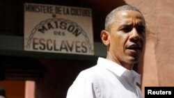 Obama Afrika bo'ylab safari boshida Senegalda to'xtab, Gori oroli, o'tmishda qullar savdosi markazi bo'lgan manzilni ko'zdan kechirdi.