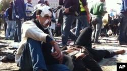 11月21号一名受伤的示威者坐在开罗胜利广场上