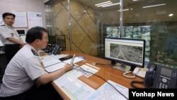 강신명 한국 경찰청장이 본격적인 귀성이 시작된 25일 고속도로 순찰대를 방문해 추석 고속도로 교통대책을 점검하고 있다.