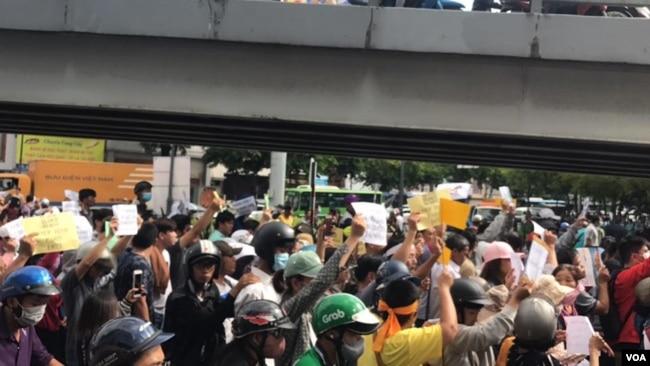 Người dân biểu tình tại Công Viên Hoàng Văn Thụ, Sài Gòn. (Hình: FB Kim Bảo Thư)