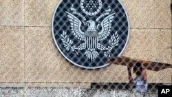 Un travailleur dans l'enceinte de l'ambassade des États-Unis à La Havane, Cuba, le 29 septembre 2017.