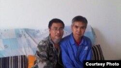 在家被監視居住的失業教師陳平福(左)與成功探望他的維權人士 (博訊圖片)