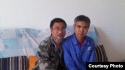 在家被监视居住的失业教师陈平福(左)与成功探望他的维权人士 (博讯图片)