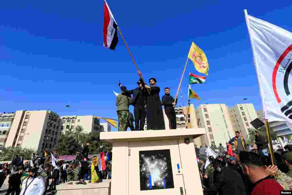 Desde primera hora de este martes, docenas de personas se congregaron frente a la embajada de Estados Unidos provocando graves disturbios (Foto: Reuters/Thaier al-Sudani)
