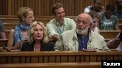 Cha mẹ của người mẫu quá cố Reeva Steenkamp tại phiên tòa xử vận động viên Olympic và Paralympic Oscar Pistorius ở tòa án tối cao North Gauteng, Pretoria, 15/10/2014.
