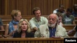 Orang tea Reeva Steenkamp, June dan Barry Steenkamp saat menghadiri siding di Pengadilan Tinggi North Gauteng, Pretoria (15/10).