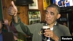 Presidente Barack Obama celebra el día de San Patricio con una Cerveza. Historiadores señalan que es la primera vez que la Casa Blanca produce su propia cerveza.