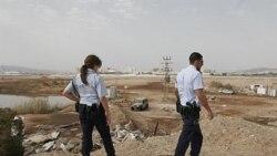 پلیس های اسراییلی مکانی را که راکت به آنجا اصابت کرد، بازرسی می کنند